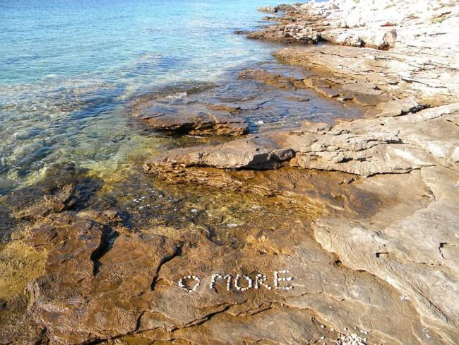 Kamenite stijene i more